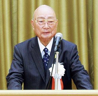 記念式典であいさつする斎藤会長