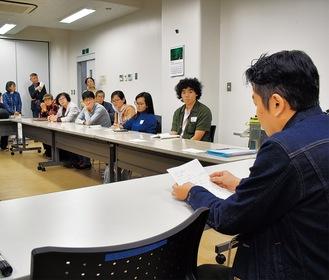 熱心に日本語でスピーチする参加者(右)