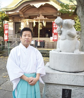 狛ねずみと宮司の佐野顕次さん