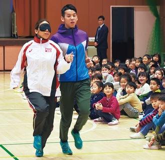 走りを実演する高田千明さん(左)と夫の裕士さん