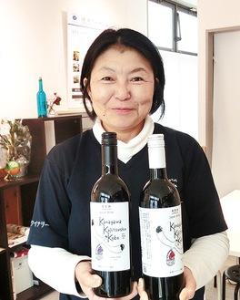 ラベルに県の鳥、かもめがデザインされた『神奈川果実酒工房』を手に代表の町田さん=店舗にて
