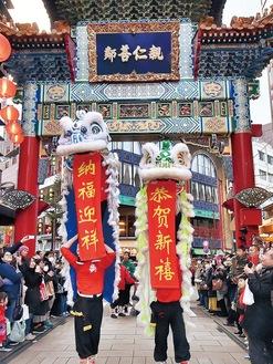 「祝舞遊行」の先頭を飾る獅子舞(横浜中華街発展会提供)。春節は1月25日から2月8日まで