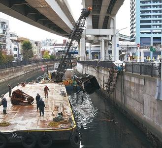 船体はすでに撤去。沈んだ工作物を取り出す作業が進む=4月2日撮影