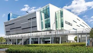 横浜の国際交流の「汀(みぎわ)=波打ち際」をイメージしてデザインされた「パシフィコ横浜ノース」の外観