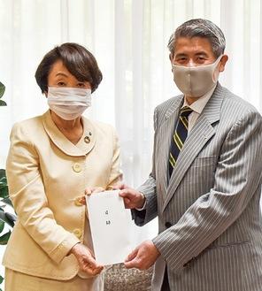 林市長に目録を手渡す渡邉会長(右)