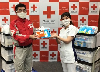 みなと赤十字病院に医療用ガウンの代用品を届けた日赤スタッフ(左)