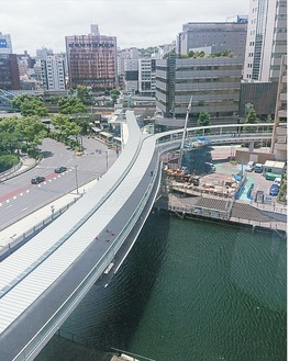 JR桜木町新南口側(左)とクロスゲートビル側(右)の二手に分かれるさくらみらい橋