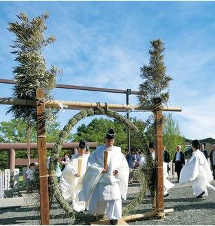 茅の輪くぐりの様子(本牧神社提供)