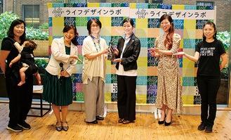 トロフィーを受け取る丸山委員長(中央左)