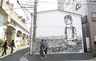 街中に出現する壁画アート=同センター提供