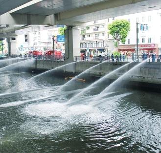 中村川からポンプで取水し放水=中消防署提供