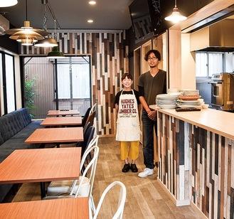 貸し出す「cotomono cafe&space」の店内。運営会社代表の飯田さん(写真左)