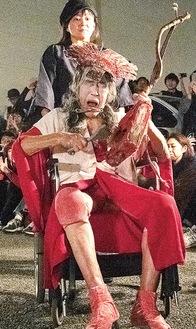 昨年六角橋商店街=神奈川区=で公演を行ったギリヤークさん(手前)と支援者の紀さん