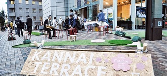 屋外に椅子などを設置した「かんないテラス」(9月25日の第2回実証実験の様子、横浜MBS前)