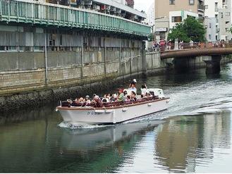 大岡川を走る水上交通船(昨年の様子、実行委提供)