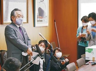 取材に応じる小林節共同代表(11月13日、中区役所)