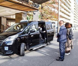 マリンハイツ前を出発する高齢者を乗せたタクシー