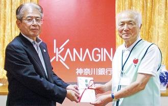 近藤頭取(左)とフードバンク横浜の加藤理事長