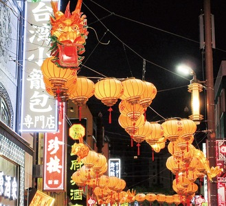 大通りを彩る龍のランタン。写真提供=横浜中華街発展会協同組合