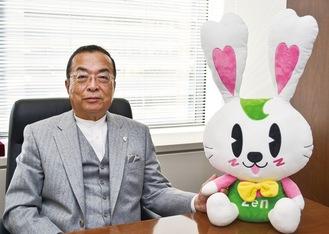 同協会キャラクターの「ラビーちゃん」と秋山本部長