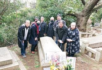 横浜外国人墓地のワーグマンの墓で130年忌をしのぶ