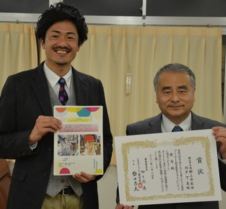 論文を手にする境教諭(左)と石橋校長