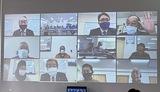 区役所の会議室に映し出された各地区の会長ら