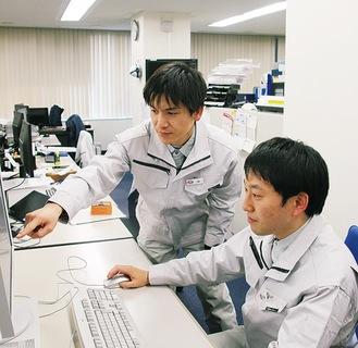 製造計画を立案する盛さん(左)と桑島さん