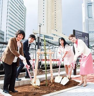 シドモア桜の会横浜の梅本代表理事(右から2人目)らが参加し苗木を植樹