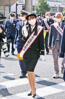パレードで交通安全を呼びかける鈴木瞳美さん