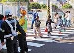 横断歩道を渡る児童を見守署員ら