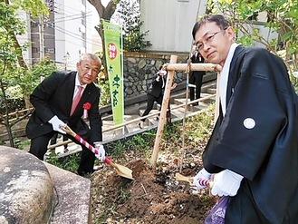 苗木を植える伊藤園の安藤執行役員(左)と阿久津宮司