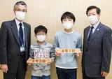 ▲所属するクラスのプレート受け取る清家さん(中央右)と佐藤さん(中央左)