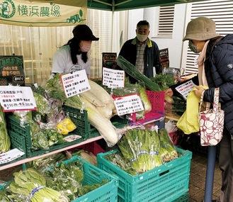 密を避けた屋外で、朝収穫したばかりの新鮮な野菜を販売する(写真は麦田地域ケアプラザ)