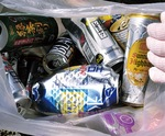 収集された空き缶。酒類のものが多い