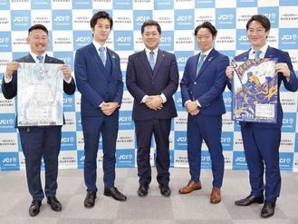 記者会見を開いた同会の三村会長(中央)と運営メンバー
