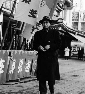 歌舞伎座の前に立つ大佛次郎。1960年
