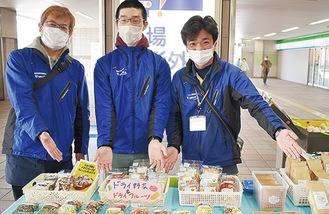 地下鉄駅構内で自主製品を販売する施設関係者