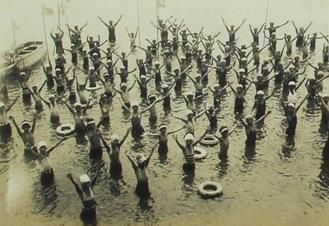 間門小学校 海水浴の授業(昭和初期)=横浜都市発展記念館所蔵