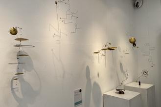 展示会の様子。動く彫刻「モビール」