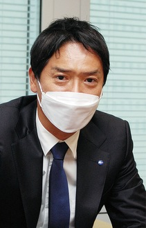 インタビューに答える山中市長(2日、横浜市役所)