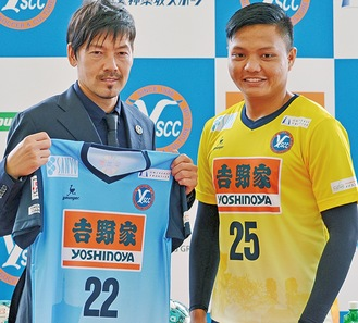 松井選手(左)とアウン選手