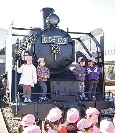 蒸気機関車の勇姿に歓声
