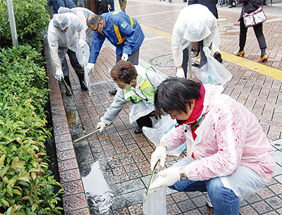 横浜駅周辺を清掃