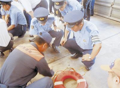 警察官が水難救助訓練