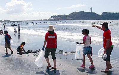 子どもたちと海岸を清掃