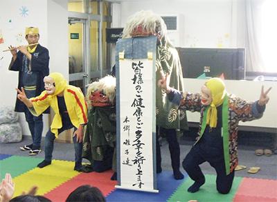 伝統の「獅子舞」親子で