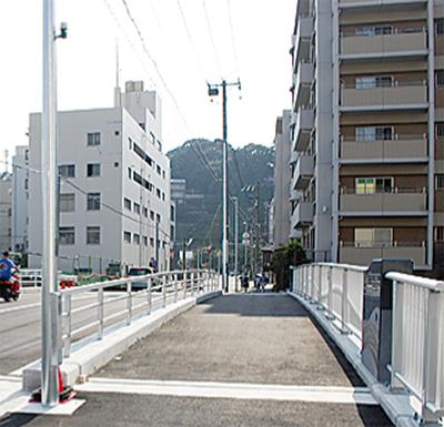 架替で歩道を拡幅
