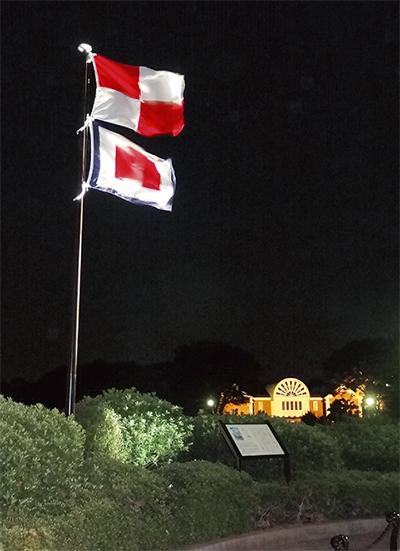 夜闇に浮かぶU・W旗