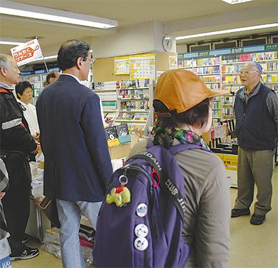 創業当時の様子を語るともえ書店の堀田さん(右)